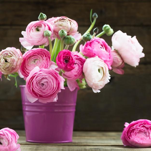 ピンクのラナンキュラスキンポウゲの花の花束 Premium写真