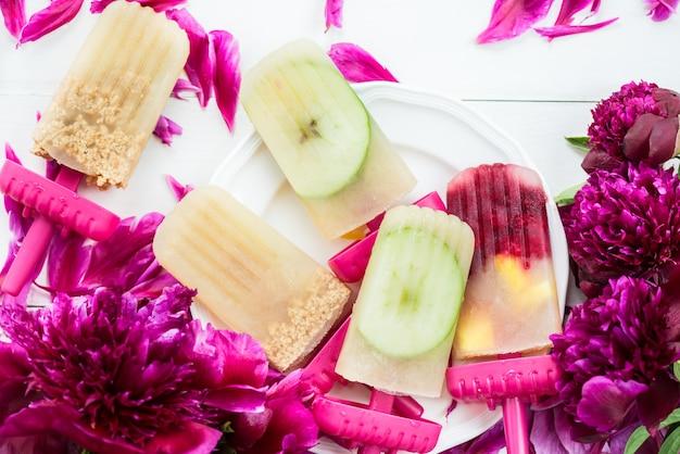 冷凍アップルジュースとベリーの自家製ビーガンアイスキャンデー Premium写真