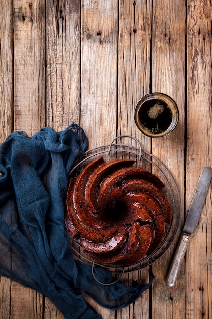 さくらんぼとコーヒーで焼くチョコレートカップケーキ。 Premium写真