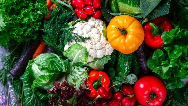Фон овощей. разные свежие фермерские овощи Premium Фотографии