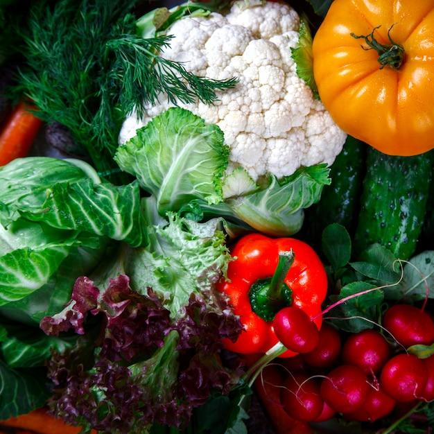 Фон из овощей. различные свежие фермерские овощи. Premium Фотографии