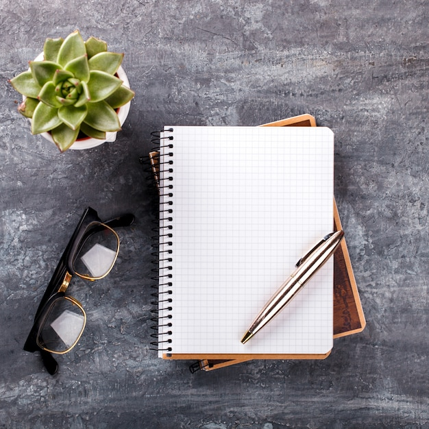 Блокнот с ручкой, очки, цветок бизнес-концепция Premium Фотографии