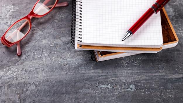 Блокнот с ручкой, очки бизнес-концепция Premium Фотографии