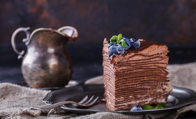 ブルーベリーと、アイシングとチョコレートのパンケーキからチョコレートケーキ Premium写真