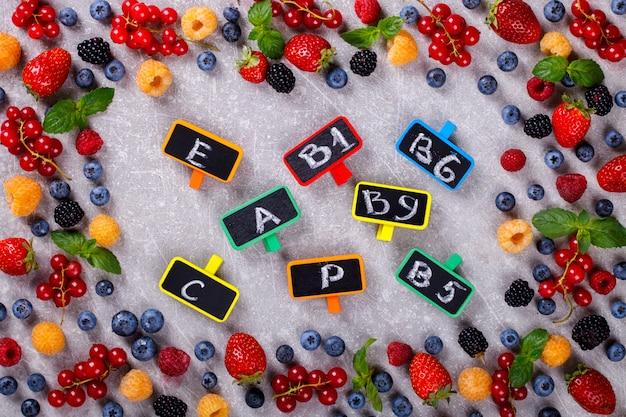 様々な新鮮な夏の果実フレーム Premium写真