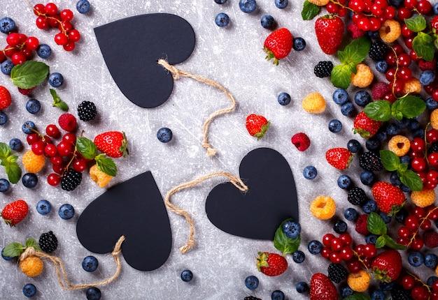 心を持つ様々な新鮮な夏の果実 Premium写真