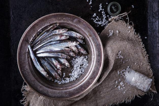 Анчоус свежая морская рыба. летняя вечеринка еды Premium Фотографии