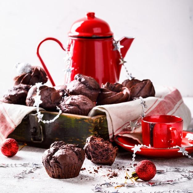 Шоколадные маффины на рождество Premium Фотографии