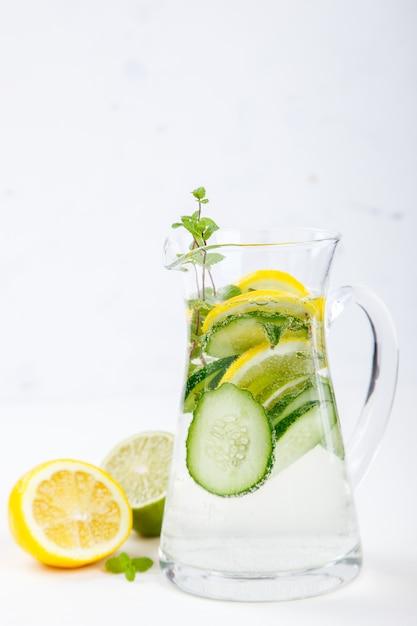 レモン、ライム、キュウリ入りデトックス注入水 Premium写真