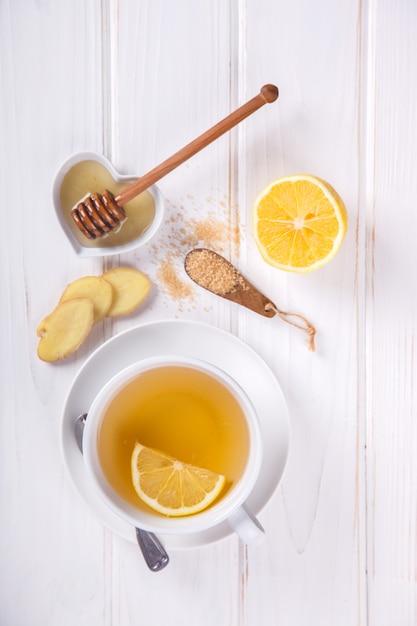 Чашка имбирного чая. иммунитет к вирусу. концепция здорового питания. Premium Фотографии