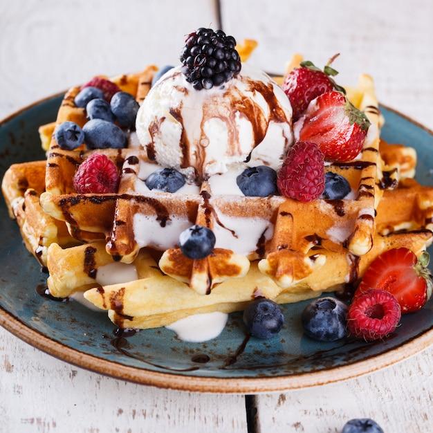 アイスクリーム、新鮮な果実とベルギーワッフル Premium写真