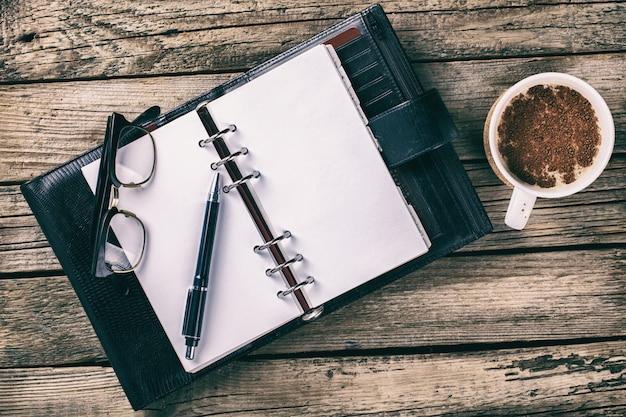 ペン、ノートブック。ビジネスコンセプト。 Premium写真