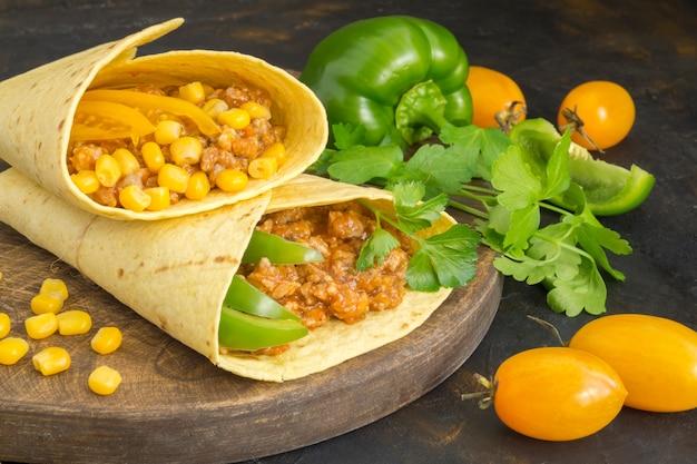 伝統的なメキシコ料理、ひき肉のブリトー Premium写真