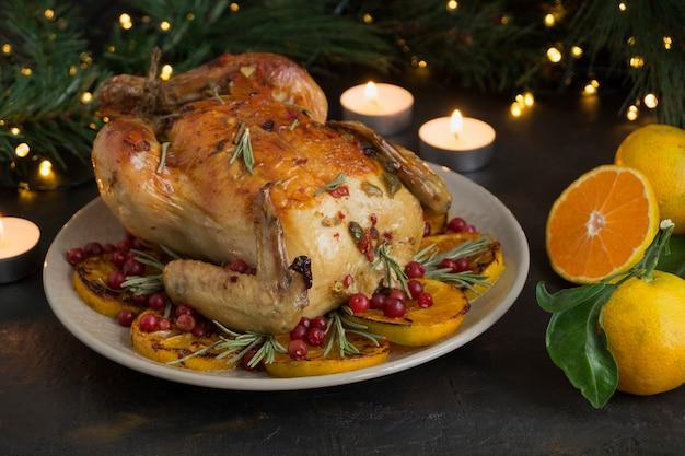 Запеченная курица в духовке, праздничное блюдо, Premium Фотографии