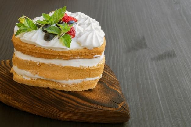 Домашний торт со сливками и лесными ягодами Premium Фотографии