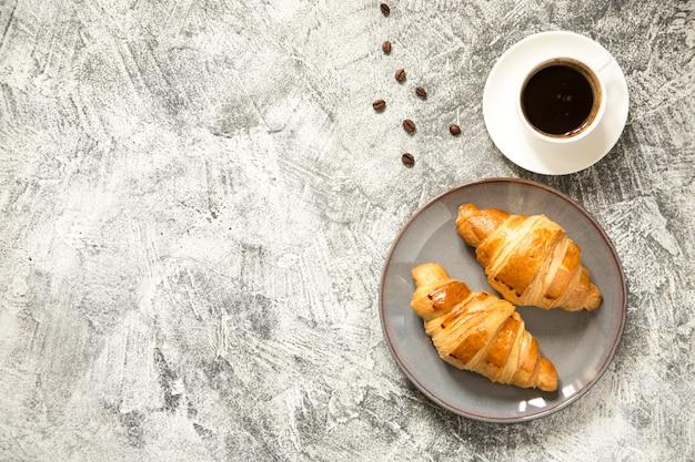 コンクリートにクロワッサンを朝食します。 Premium写真