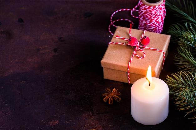 クリスマスや新年のプレゼント、コピースペースと暗い、トップビューでビンテージギフトボックス/ Premium写真