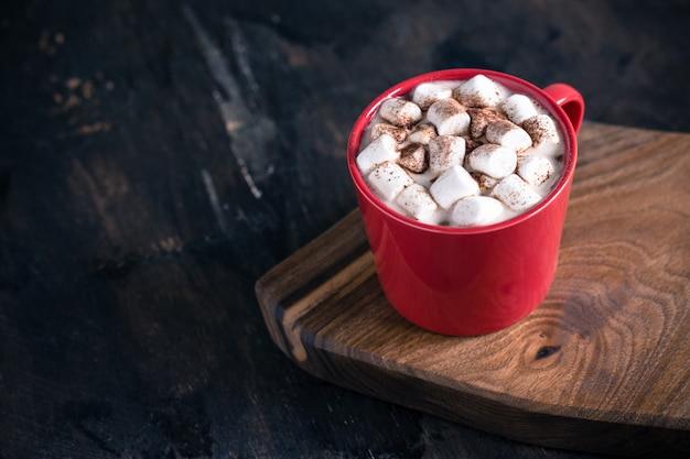 熱い冬または秋の飲み物、ホットチョコレートまたはココア、マシュマロ、ニットセーター Premium写真