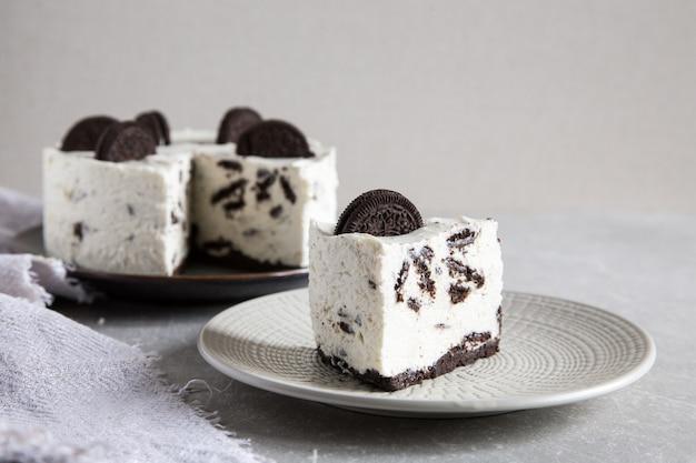 Сливочный чизкейк без печенья с шоколадным печеньем. бисквитный торт орео / Premium Фотографии