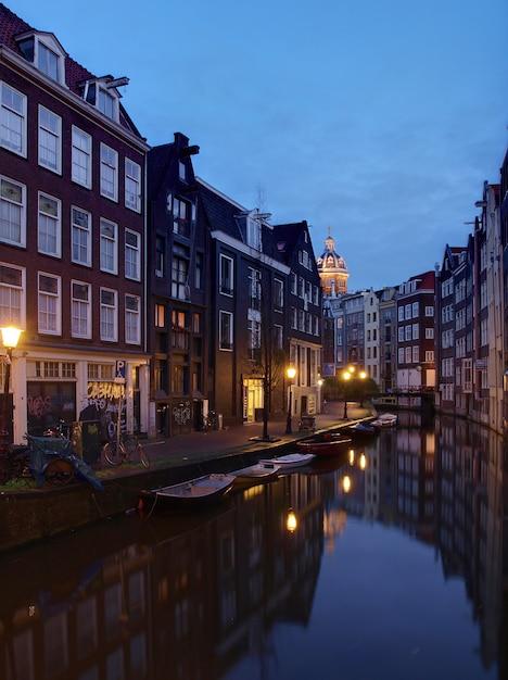 アムステルダムのアムステルアムステルダム運河 Premium写真