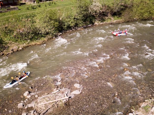 川でラフティング中に楽しんでいる人々の航空写真 Premium写真