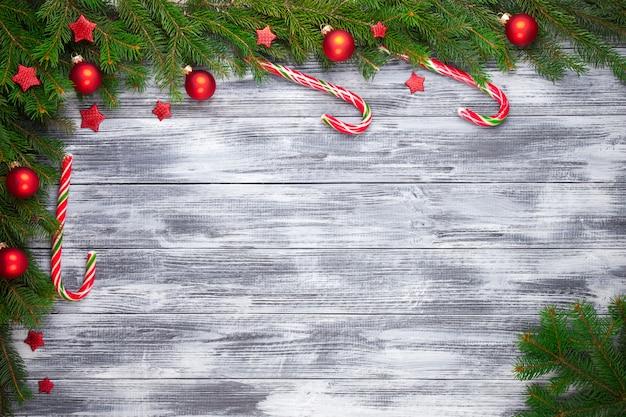 木製の背景にクリスマスのモミの木 Premium写真