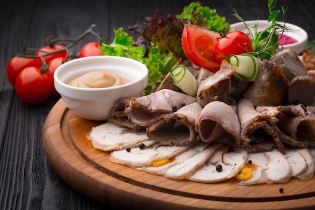 木製の背景に前菜の肉前菜 Premium写真
