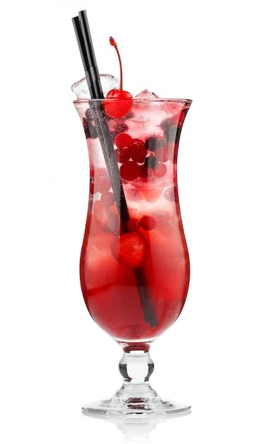 赤いアルコール白で隔離される果実とカクテル Premium写真