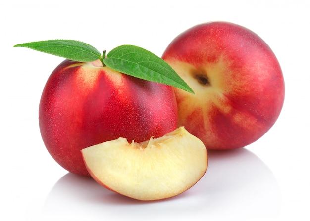 熟した桃(ネクタリン)フルーツのスライス Premium写真