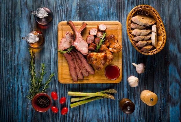 素朴な木製の背景に盛り合わせスモーク肉 Premium写真