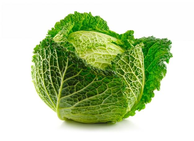 白で隔離されるグリーンサボイキャベツ野菜 Premium写真