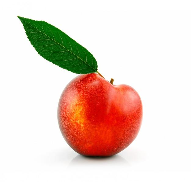 熟した桃(ネクタリン)白い背景で隔離の緑の葉 Premium写真