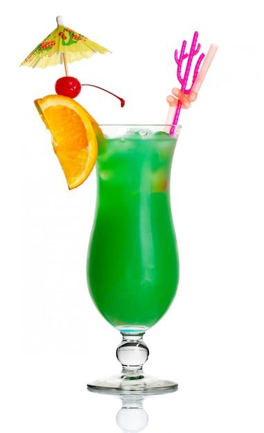 グリーンアルコールカクテル、オレンジスライスと傘の分離 Premium写真