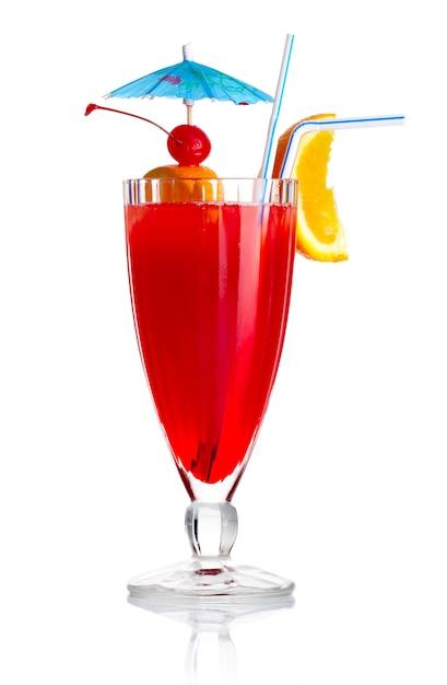 オレンジスライスと分離された傘の赤いアルコールカクテル Premium写真