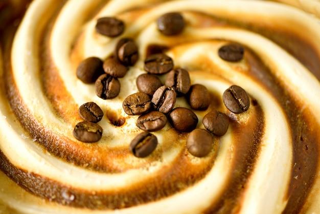 Шоколадное мороженое с кофейными зернами. летняя еда концепции, копией пространства, вид сверху. сгребенная текстура. выкапывая коричневое мороженое. Premium Фотографии