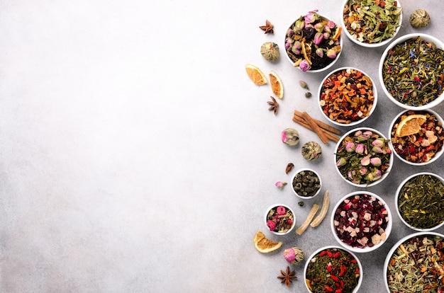 茶の種類の背景:緑、黒、花、ハーブ、ミント、メリッサ、生姜、リンゴ、ローズ、ライムツリー、フルーツ、オレンジ、ハイビスカス、ラズベリー、コーンフラワー、クランベリー Premium写真
