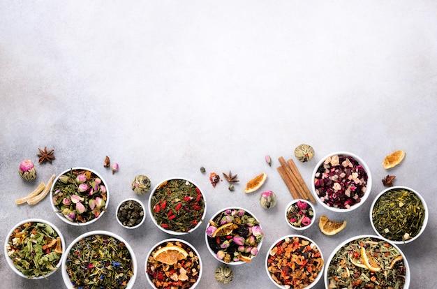 ボウルに乾燥茶の品揃え。 Premium写真