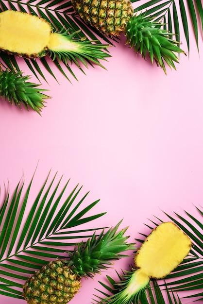 黄色の背景に明るいパイナップルのパターン。最小限のスタイルポップアートデザイン、創造的な夏のコンセプト。 Premium写真