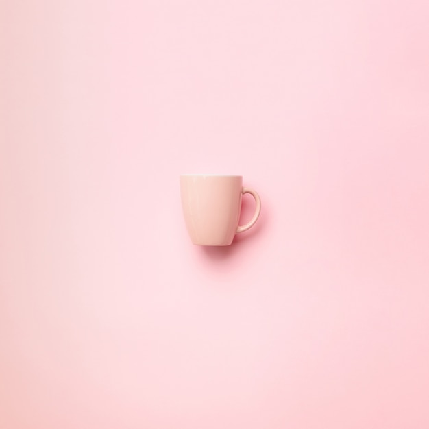 Розовый кубок на фоне пробивной. празднование дня рождения, концепция детского душа. шаблон пастельных цветов. минималистичный стиль дизайна Premium Фотографии