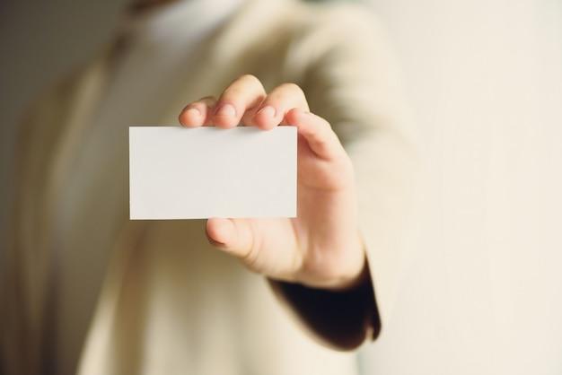 Бизнесмен держит пустую визитную карточку с копией пространства Premium Фотографии