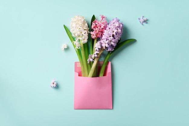ピンクの郵便封筒の春のヒヤシンスの花 Premium写真