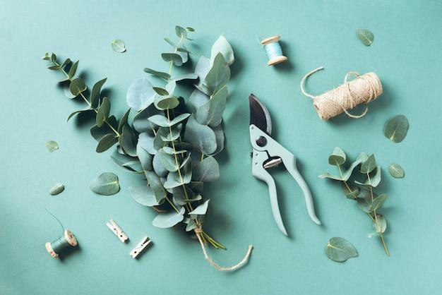 水色のユーカリの枝で作成するユーカリの花束 Premium写真
