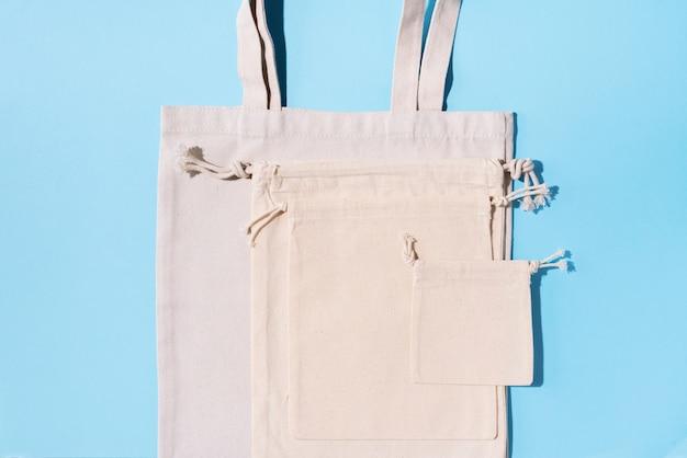Холщевая сумка холщовая и льняная тканевая сумки с кулиской на синем фоне Premium Фотографии