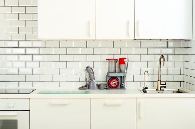 白いインテリアデザイン、家電製品を使ったモダンでシンプルなスタイルのキッチン。 Premium写真