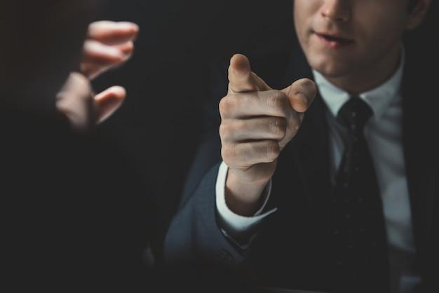 彼が話している誰かに手を指している怒っている人 Premium写真