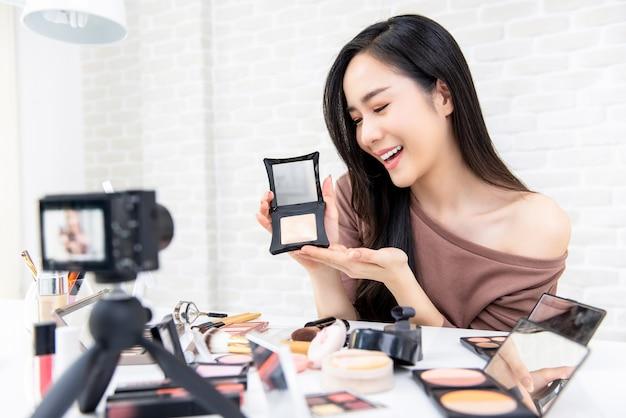 美しいアジアの女性プロの美しさのブロガー記録メイクチュートリアル Premium写真