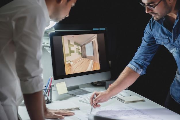 夜にプロジェクトを議論する建築家チーム Premium写真