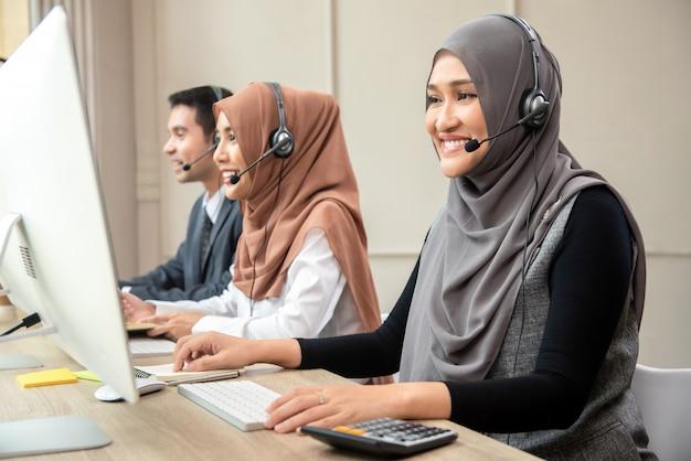 アジアのイスラム教徒コールセンターチーム Premium写真