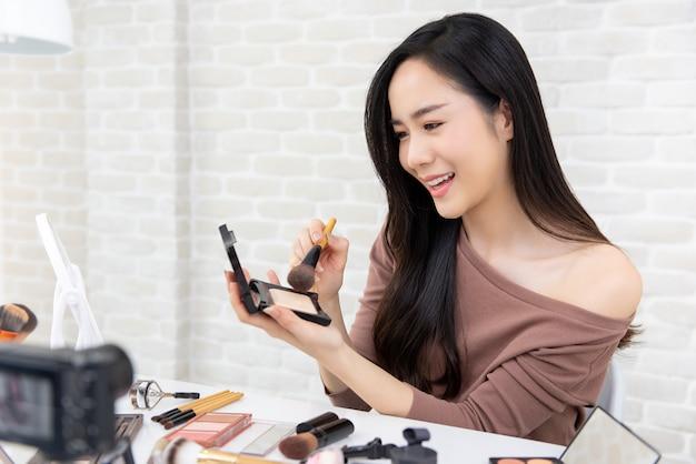 アジアの女性の美しさのブロガー記録チュートリアルを構成 Premium写真