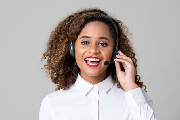 コールセンターのスタッフとしてヘッドフォンを身に着けているサービス志向のアフリカ系アメリカ人女性 Premium写真